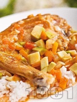 Задушено пилешко месо с авокадо и домати и гарнитура от ориз - снимка на рецептата